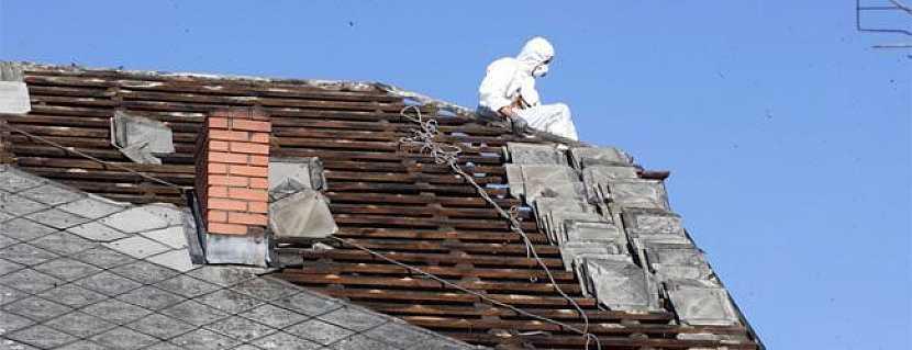 Při výměně staré eternitové střechy dodržujte normy bezpečnosti práce.