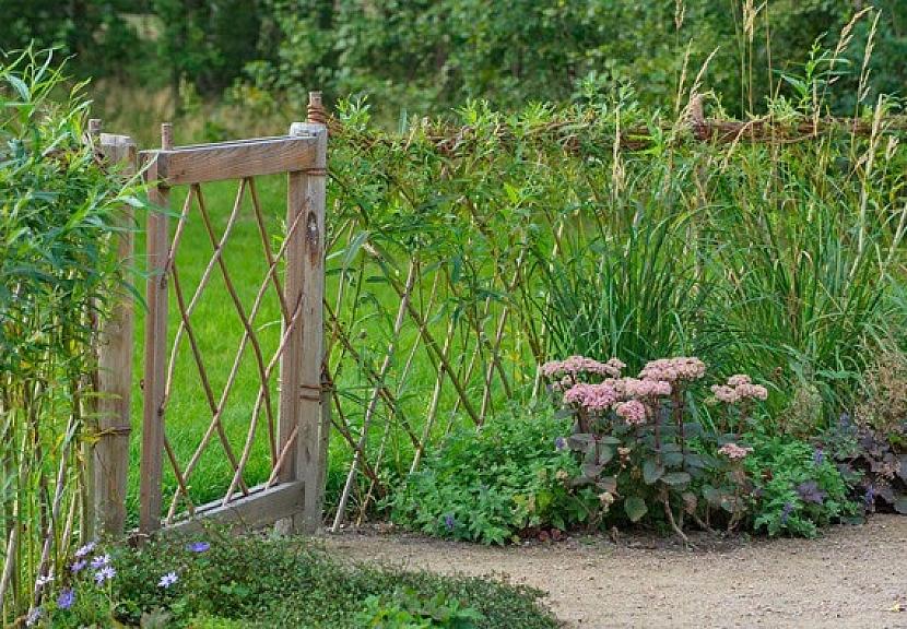 Stabilní prvky: cesty, vrata a ploty v přírodní zahradě