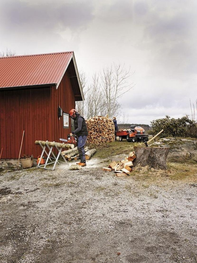 Řežu dřevo, štípu polena
