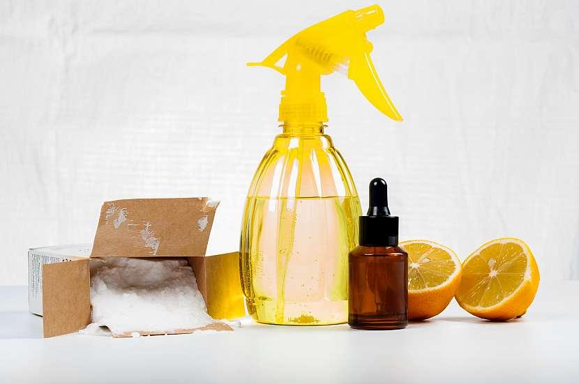 Zátiší se známými domácími prostředky: sodou, boraxem, bílým octem a pomeranči