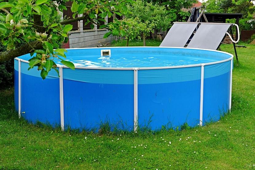 Solární ohřev panely je dobré umístit v okolí bazénu na konstrukci s ideálním sklonem vůči slunci