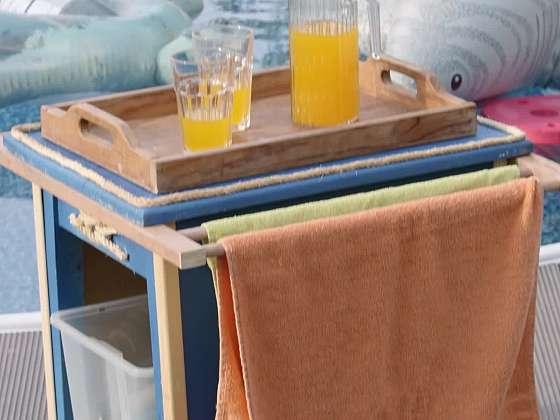 Multifunkční stolek k bazénu v námořnickém stylu (Zdroj: Prima DOMA)