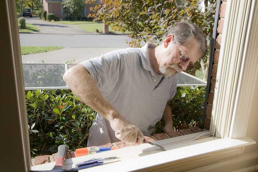 Příprava okenního rámu na nátěr