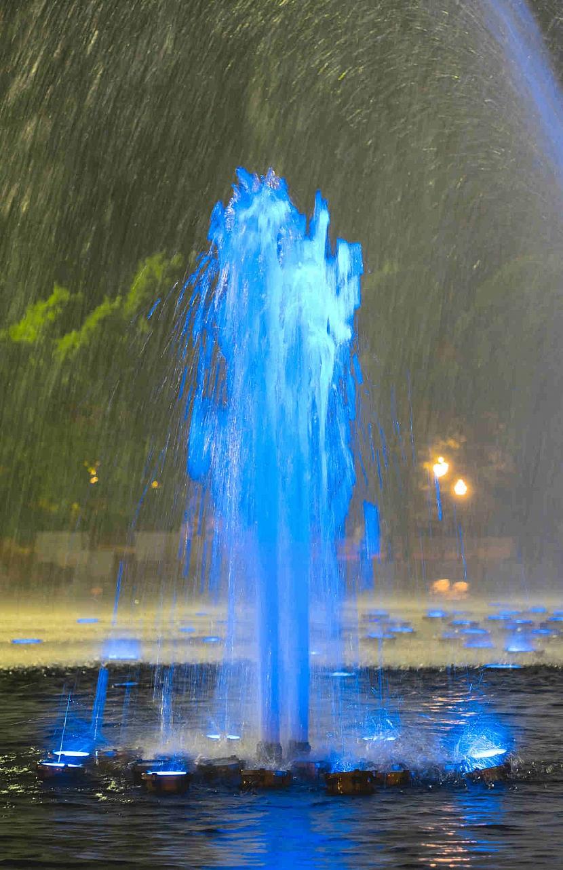Modře nasvětlená fontána