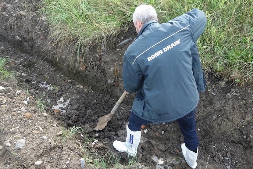 Na vhodném místě vykopejte dostatečně velkou jámu podle velikosti navržené vsakovací galerie a srovnejte dno. Při horším vsakovacím koeficientu zeminy lze dno jámy vyplnit kamenivem frakce 4-16 mm v tloušťce 200 mm.