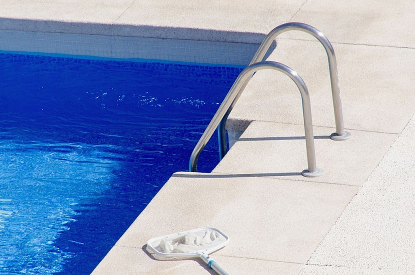 Voda v bazénu se čistí nejprve mechanicky a potom pomocí chemie