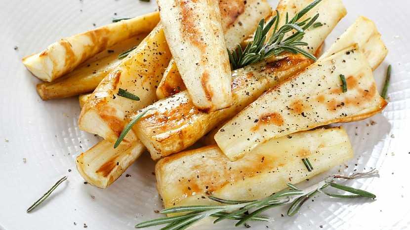 Pastinák setý v kuchyni: restovaný na másle s bylinkami