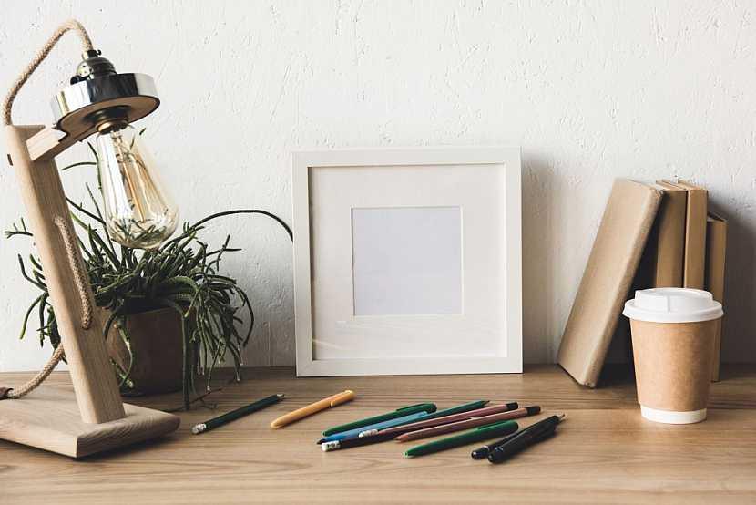 Lampa bez stínidla je určitě skvělým designovým kouskem, ale pro příjemnou práci nevhodná – oslňuje