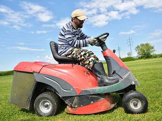 Při sekání nezapomínejte na kontrolu stavu nože, trávník je ostrou čepelí lépe sekán (Zdroj: Depositphotos)