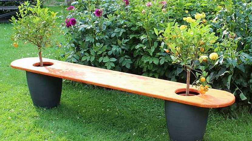 Netradiční lavičky do zahrady: posaďte se na květináč
