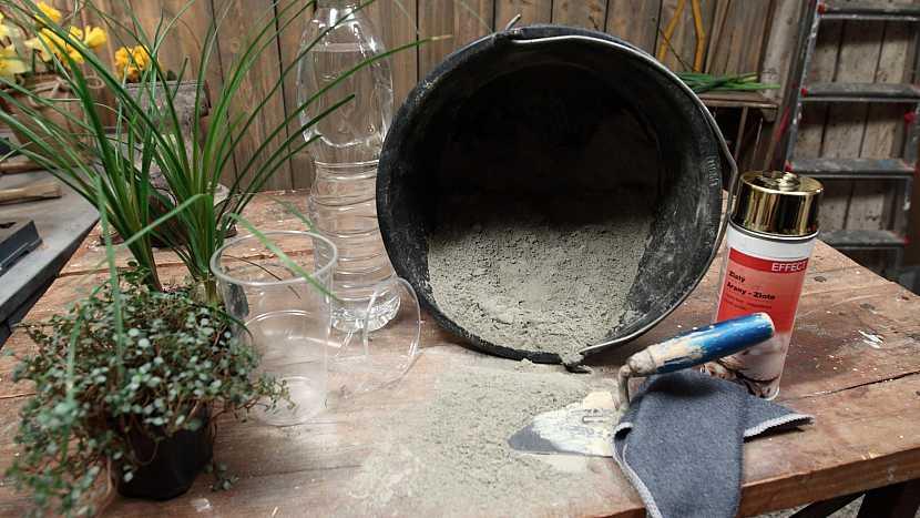 Co na květináče ze zbytku cementu a starých hadrů potřebujeme