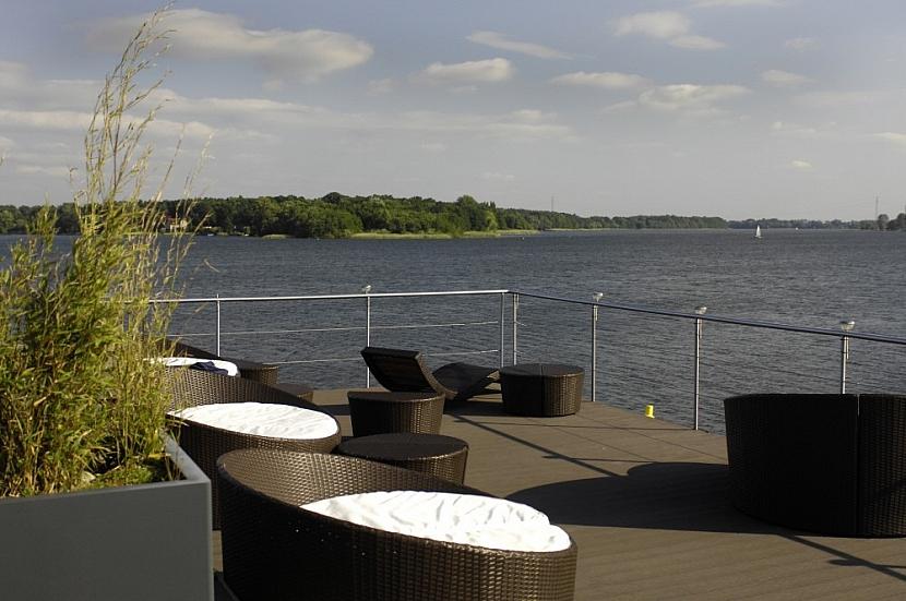 Podlaha na terase nebo obložení u bazénu může být krásné i praktické zároveň