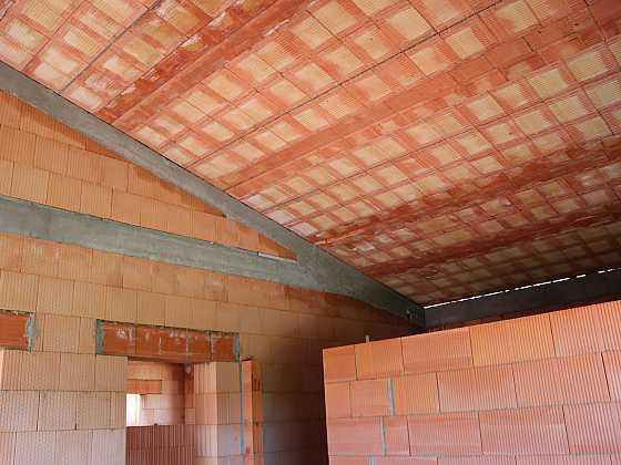 Těžká šikmá střecha z keramobetonových panelů HELUZ je odolná a výborně izoluje (Zdroj: HELUZ)