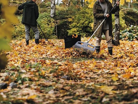 K podzimnímu úklidu zahrady patří hrabání listí (Zdroj: Fiskars)