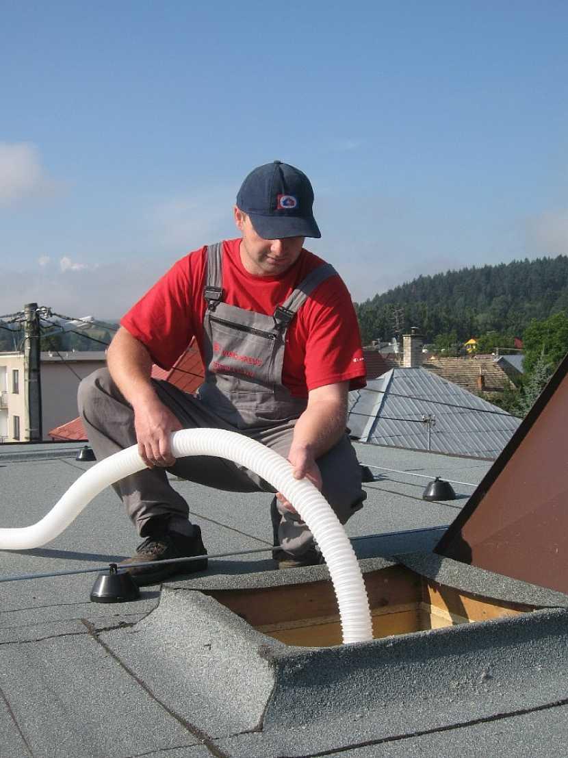 Jak efektivně a rychle zateplit střechu domu - použít foukanou izolaci