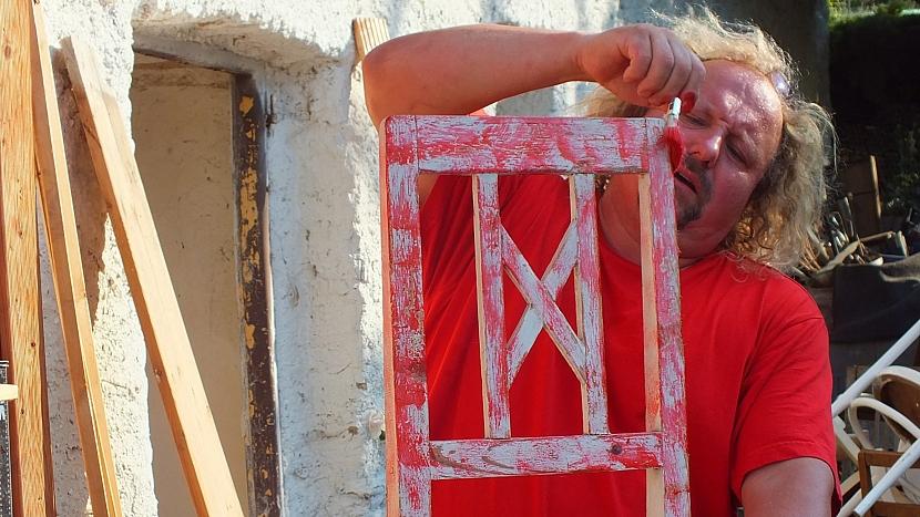 Lavice ze starých židlí: opěradla barevně upravíme patinou