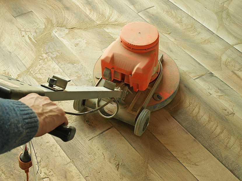 Broušení dřevěné podlahy velkou bruskou