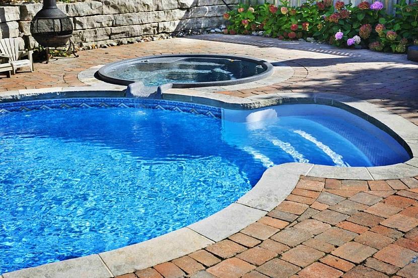 Venkovní bazén s vířivkou a průzračnou vodou