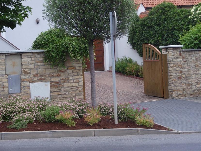 Kamenné zdi chránily odjakživa venkovské dvory a zahrady