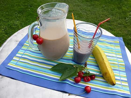 Koktejl z letního ovoce a banánů