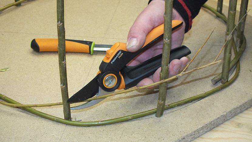 Výroba kulatého ozdobného plůtku: větvičky v přesahu ustřihneme