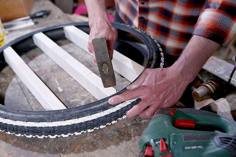 Nalakované poličky upevněte v pneumatice