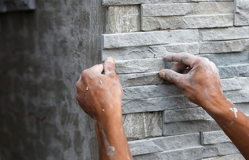 Nakonec je možné plot obložit přírodním nebo umělým kamenem