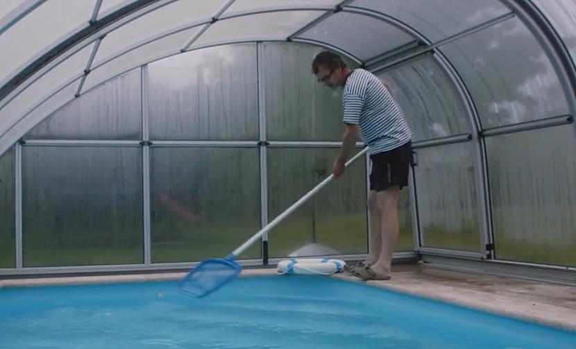 Čištění bazénu síťkou
