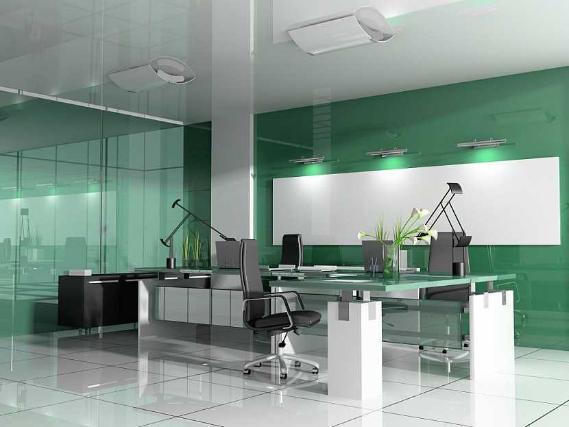 Moderní stůl se skleněnou deskou a kovovými prvky je nadčasový