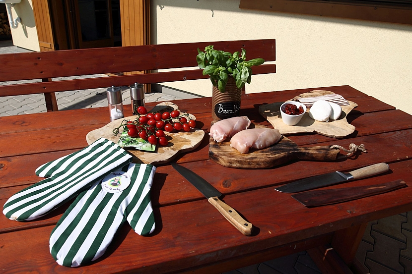 grilovaná kuřecí prsa s mozzarellou a sušenými rajčaty