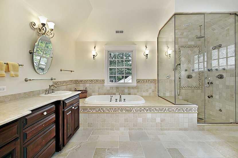 Koupelnové skříňky z mahagonu působí velmi luxusně