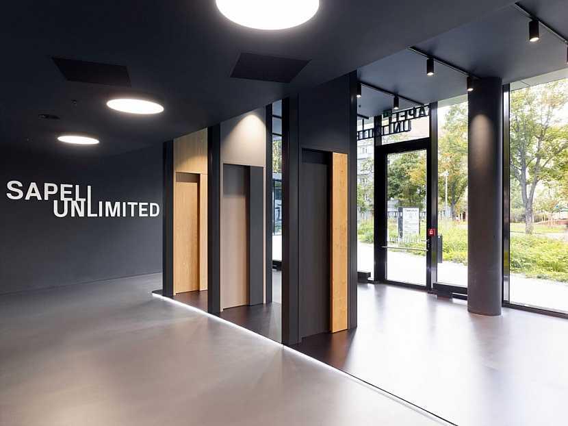 Dveře MUTEO v showroomu SAPELI UNLIMITED v pražském Karlíně