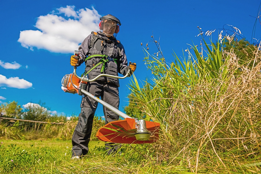 křovinořez na vysokou trávu