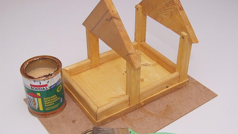 6. Hotovou konstrukci krmítka natřeme
