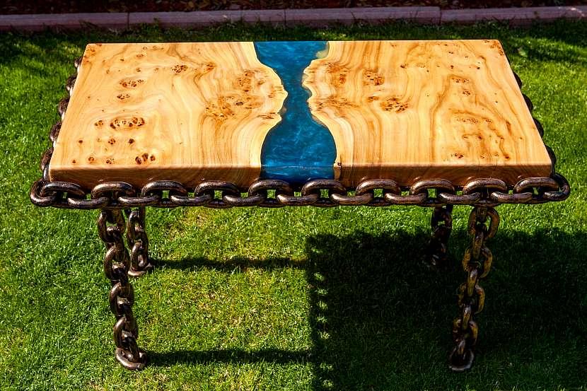Opravou prasklin ve dřevě pomocí pryskyřice můžete vytvořit nový vzhled dřeva (https://cz.depositphotos.com))