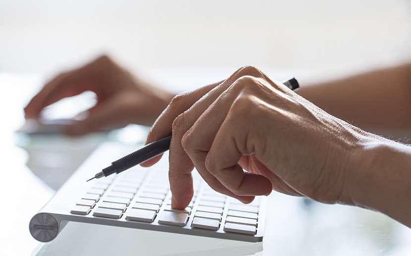 Nahlásit pojistnou událost k úrazovému pojištění můžete za pomocí klasického papírového formuláře, mnohem snazší to ale je přes internet