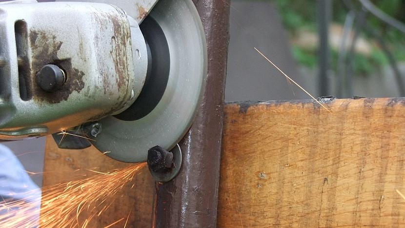 Renovace lavice: šrouby odřízneme