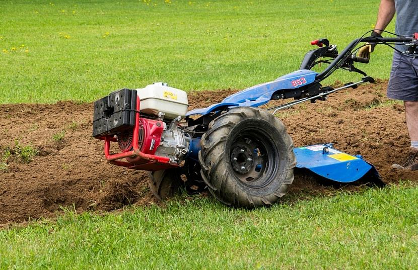Nahuštěné pneumatiky jsou základ práce s kultivátorem