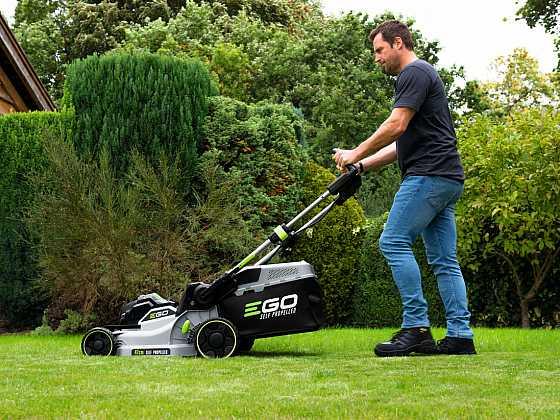 Akumulátorové stroje dobývají naše zahrady a dílny (Zdroj: EGO)