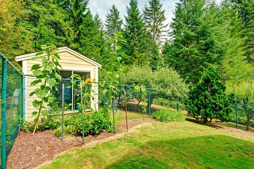 Kovové oplocení pletivem je nenáročné na stavbu a hodí se i pro menší zahrady a pozemky