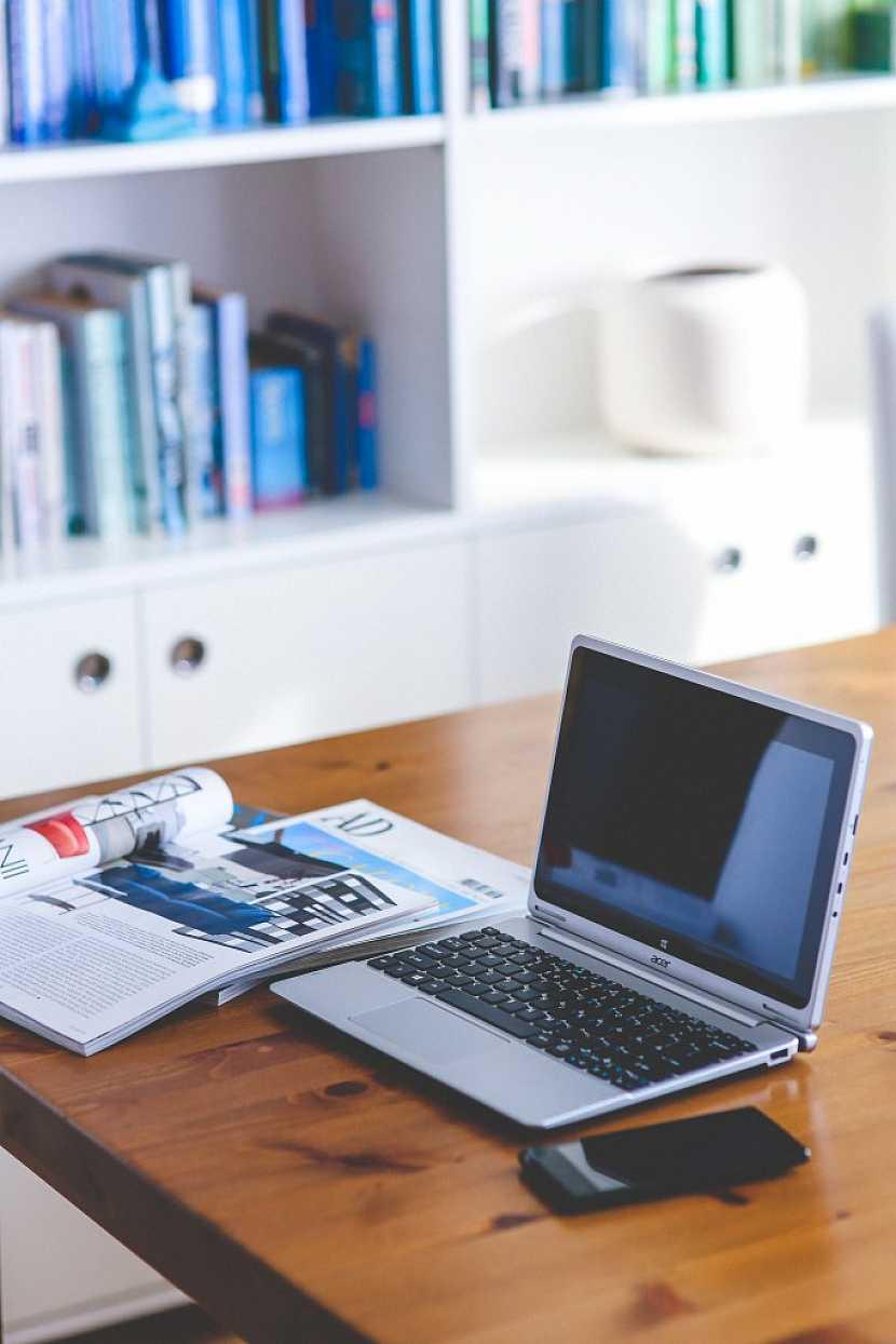 Pracovnou můžeme rozumět stůl a židli v koutě pokoje