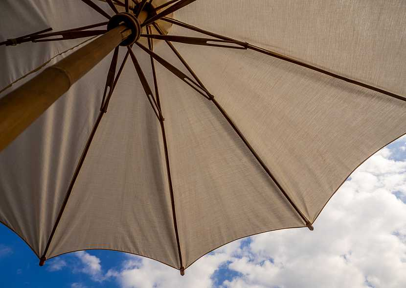 Kostra deštníku pohledem zespodu