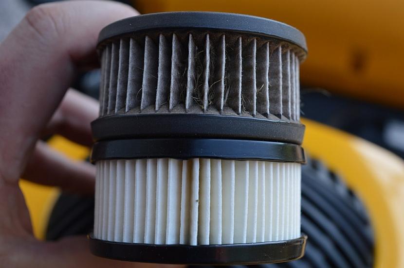 Rozdíl mezi čistou a ušpiněnou vložkou vzduchového filtru
