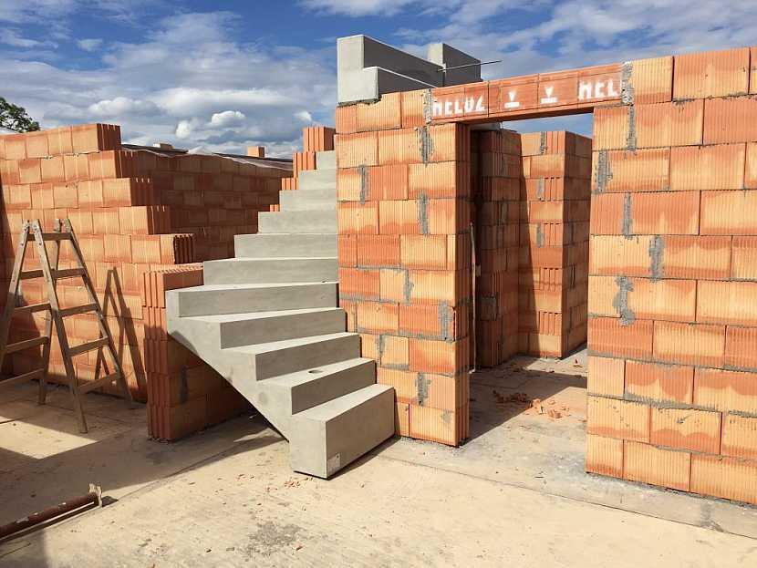 Hrubou stavbu rodinného domu vyzdíte díky jednoduchému a komplexnímu systému během dvou až tří týdnů.