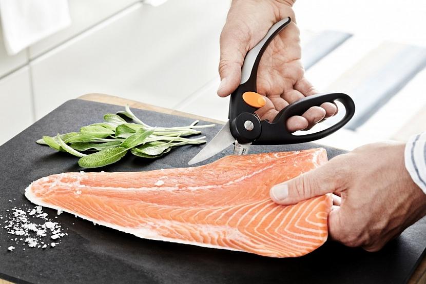 Nůžky na ryby Fiskars jsou vybavené zoubky pro snadné škrábání šupin a ergonomickými držadly, které zaručují maximální jistotu úchopu. Jsou vhodné na kuchání i porcování.