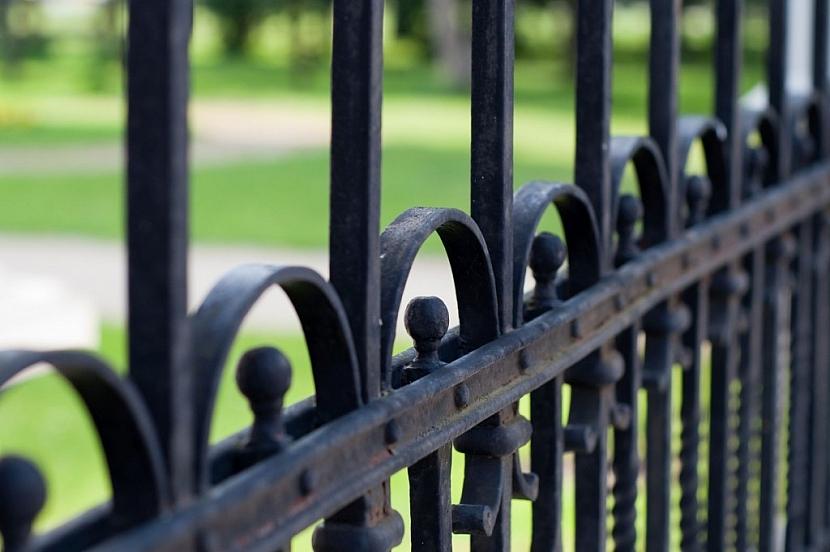 Umělecký kovář vám může na míru vytvořit jakýkoliv zdobný prvek nebo celý plot
