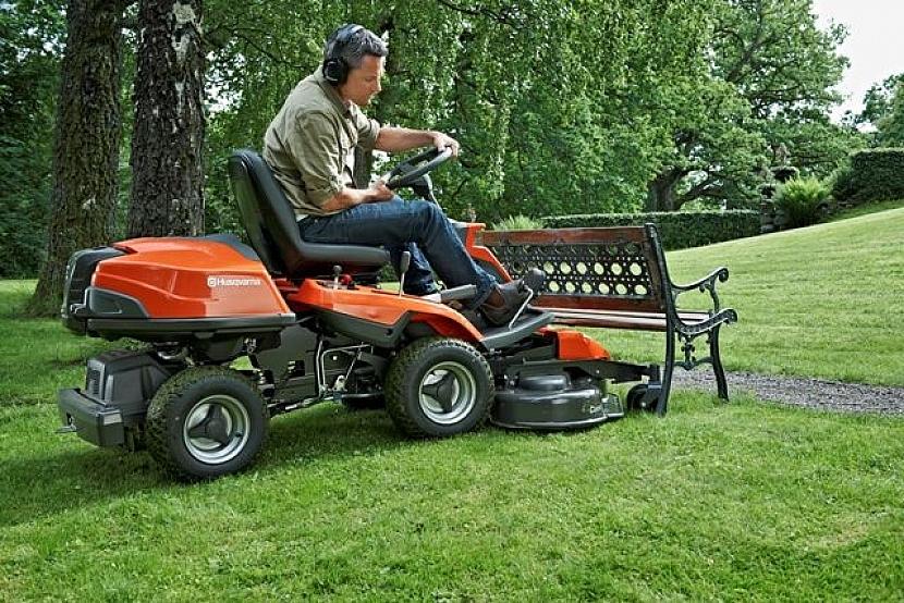 Sekání trávníků se zahradním riderem Husqvarna R 316T AWD, to je bezstarostná jízda