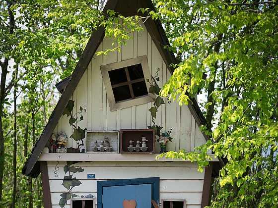 Zahradní domek pro děti, kde jsou záměrně využity šikmé linie (Zdroj: Daniela Dušková)