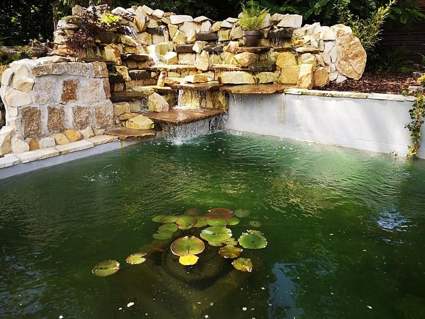 Vodopád u jezírka