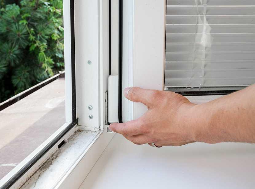 Nová, dokonale těsnící okna. Jeden z faktorů, které mohou přispět ke vzniku plísní v interiérech